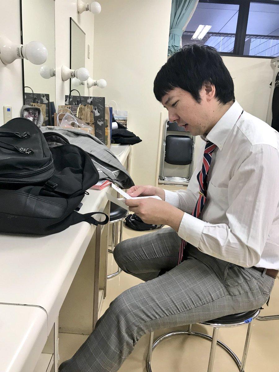 オラオラ系芸人の三四郎・相田。 ファンレターを嬉しそうに読む。 カメラを向けると、ファンレターめんどくせぇみたいな顔する。