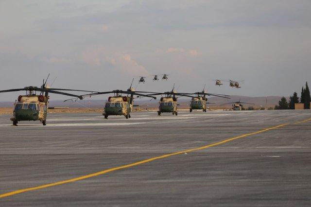 طياري سلاح الجو الاردني يتلقون تدريبًا على مروحيات البلاك هوك في الولايات المتحدة DUpzsH_XkAYtqxx