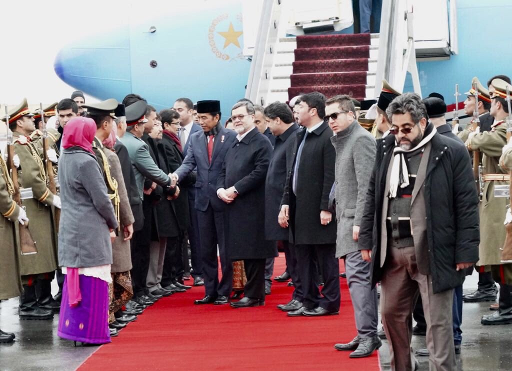 #Indonesian President Joko Widodo arrives in #Kabul. He expressed the solidarity of #Indonesia ( a country with largest Muslim population in the world) with the government & people of #Afghanistan. His arrival coincided with the arrival of much awaited snow in Kabul.