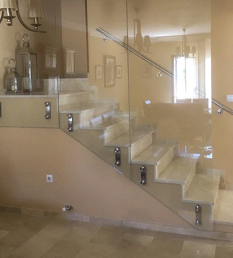 Baranda en vidrio templado incoloro, instalada con conectores de nivelación.