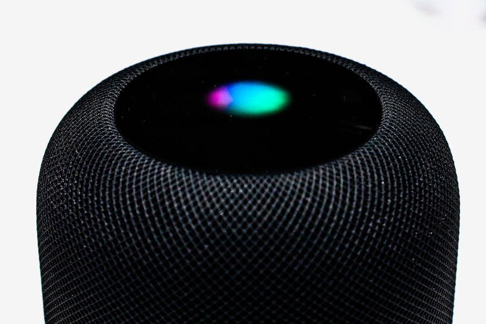 HomePod 的音质出色,但并不智能。相比于亚马逊 Echo 和 Google Home,它更像一个单纯的音乐扬声器 // 苹果音响 HomePod 上市,第一批拿到的人怎么评价?https://t.co/3NdhfBEqeT https://t.co/0ix2qkmS6d 1