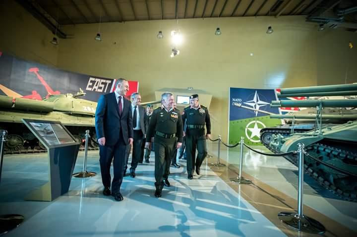 ملك الاردن يفتتح متحف الدبابات الملكي في عمان DUvuZTJVQAYvFMB