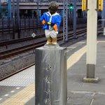 アムロ!行きまーす!?浜松町駅の『小便小僧』がアムロのコスプレ中!