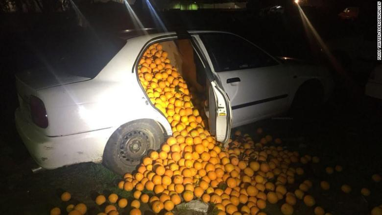 Yes, that's a car crammed to the hilt with oranges.  Police ended up finding more than four tons of the fruit when they they pulled over two cars after a short chase in Seville, Spain https://t.co/XygjGtid4y