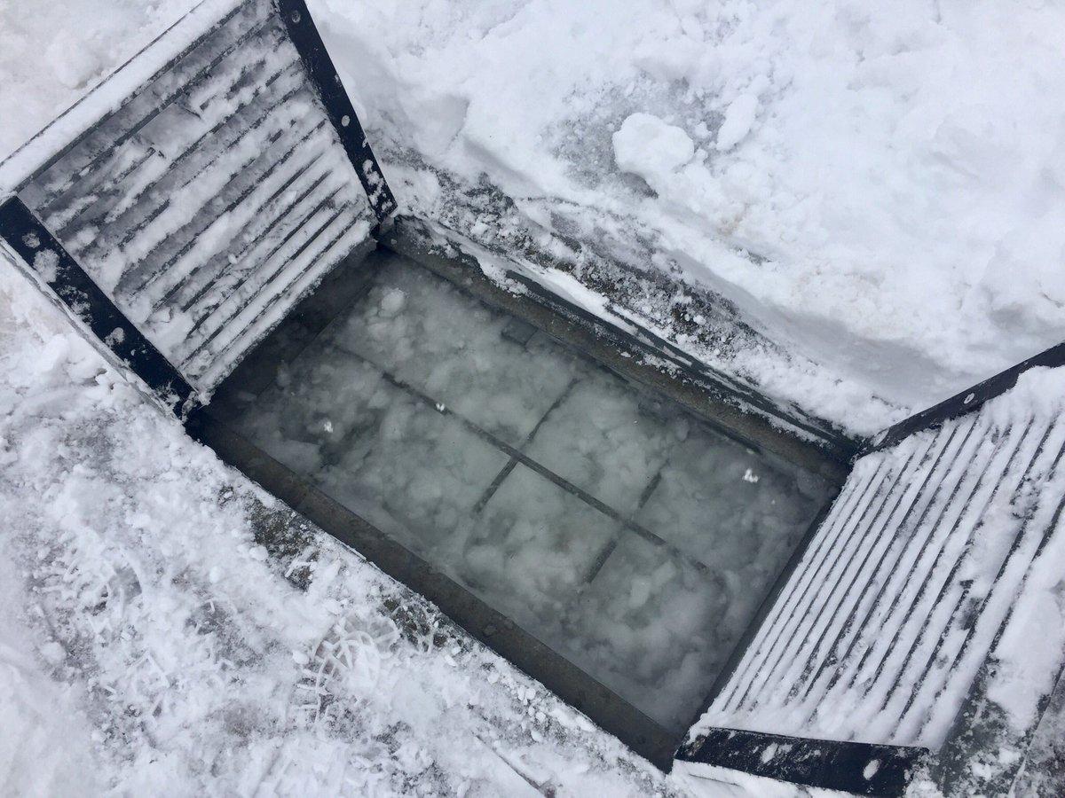 (´・ω・`)流雪溝が詰まったでござる…。 #豪雪