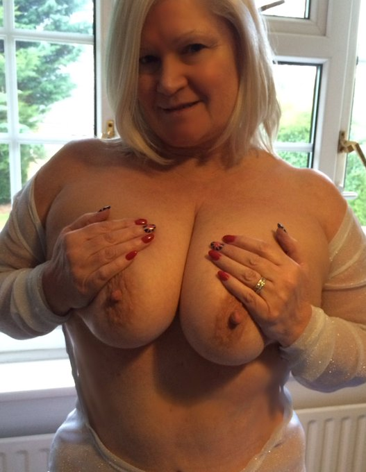 Good morning lovely people! xxx .... and another week begins xx have some tits! xxx #retweet #bignatural