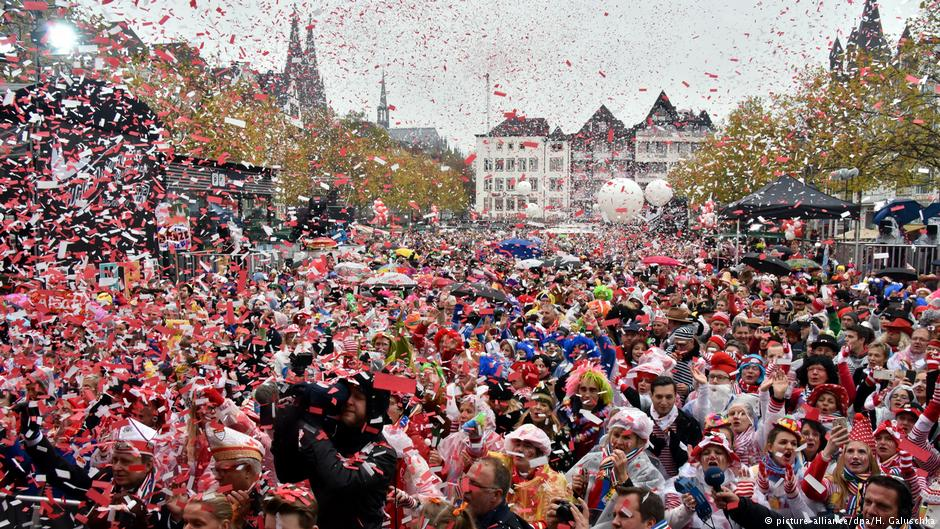 AND THEY&#39;RE OFF!   A whopping 300 TONS of candy are being flung to revelers in the German city of Cologne right now from carnival floats passing through the city.  That includes 700k chocolate bars and 220k boxes of pralines.  Happy #Rosenmontag! <br>http://pic.twitter.com/oKUb1LhUmX