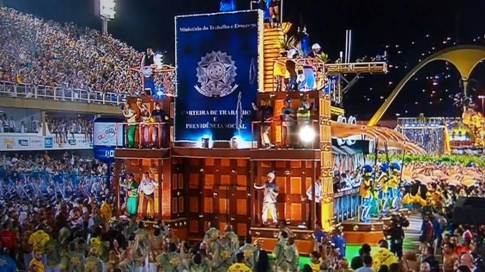 Noite histórica na Sapucaí! A Paraíso do Tuiuti fez um desfile de muito protesto. Teve a ala MANIFESTOCHES, que ironizava os manifestantes verde e amarelos que batiam a panela pedindo o impeachment da presidente Dilma Roussef.