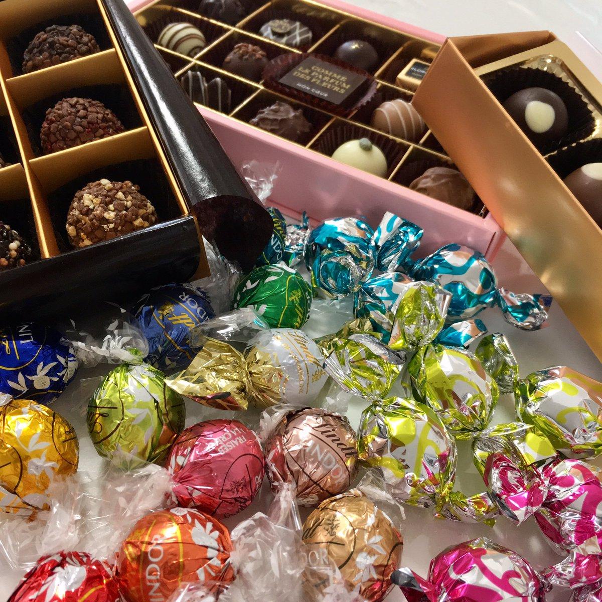 5つのメーカーから味の異なる24種類の丸いチョコレート(トリュフなど)を選び、たこ焼きプレートに入れ、断腸の思いでチョコフォンデュに。 融点の違いがおもしろい。