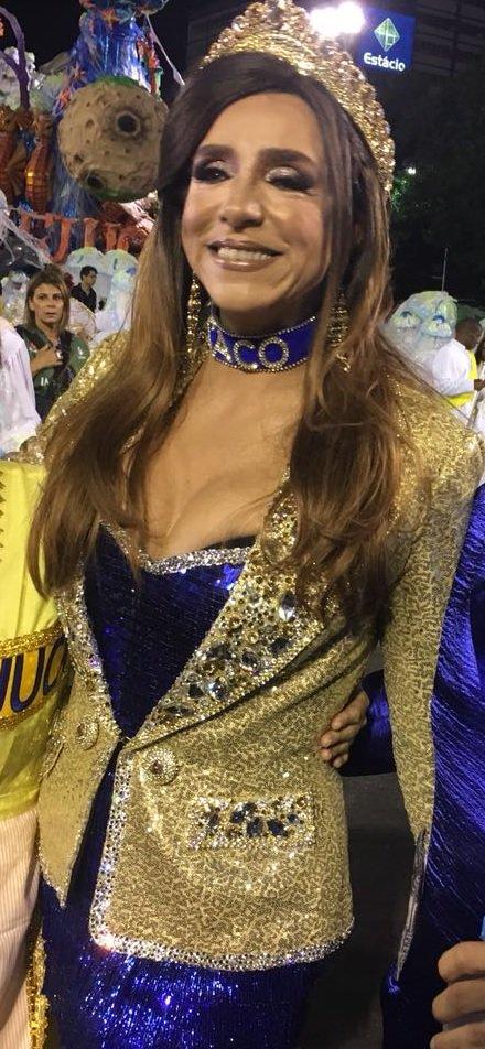 Olha só que figura a Marisa Orth: a atriz está na #Sapucaí com uma coleira escrito 'Caco', personagem do seriado 'Sai de Baixo' vivido por Miguel Falabella, o homenageado da noite na #UnidosdaTIjuca. #Carnaval2018
