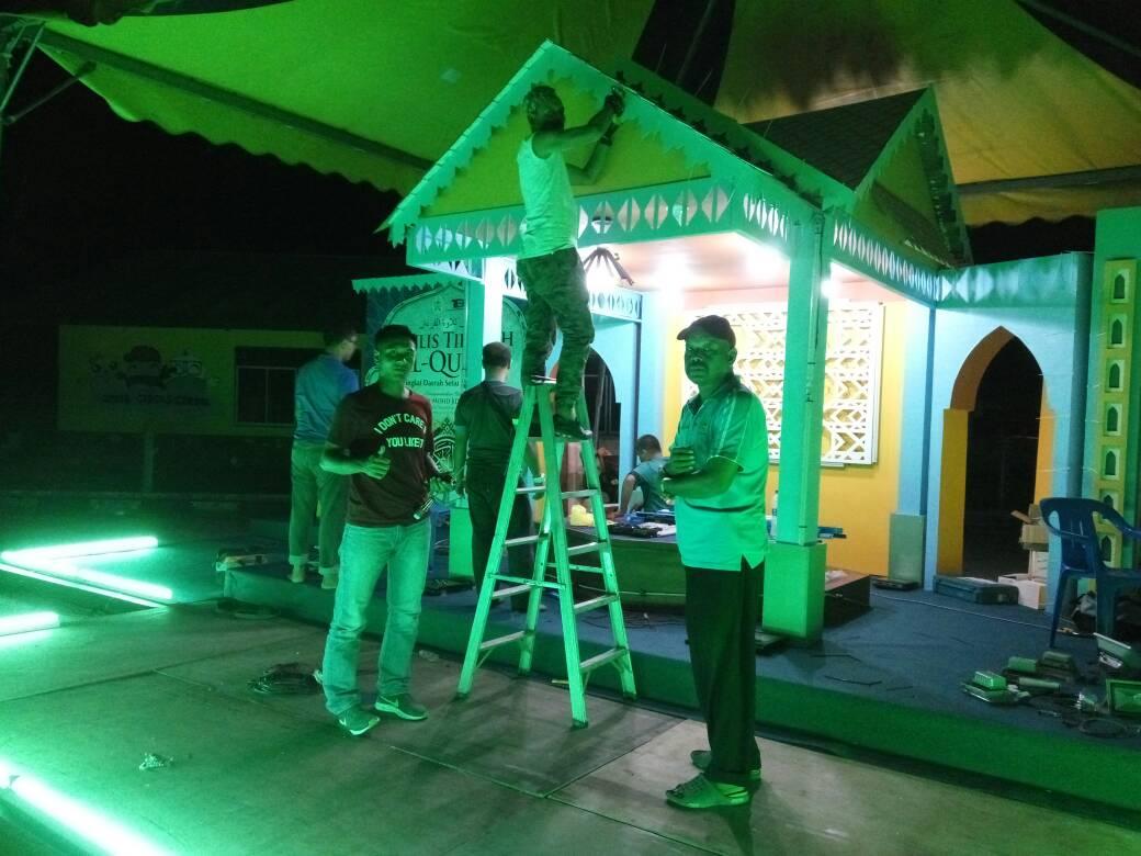 Kerja-kerja pemasangan lampu untuk pentas tilawah al-quran peringkat daerah Setiu di perkarangan Masjid Penarik @JKRMalaysia @RoslanMdTaha @JKRTerengganu @irckb_chedin @Wanzaid767