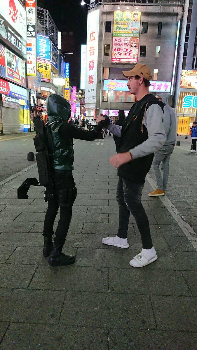 異文化コミュニケーション! ヒーロー活動やってる時の、こういう瞬間って良いね!☆ 身長が多分3メートル近くあった…。 握手の手デカすぎ!あと、あちらは軽く握ってるつもりの握手の握力で指折れるかと思いました(笑)