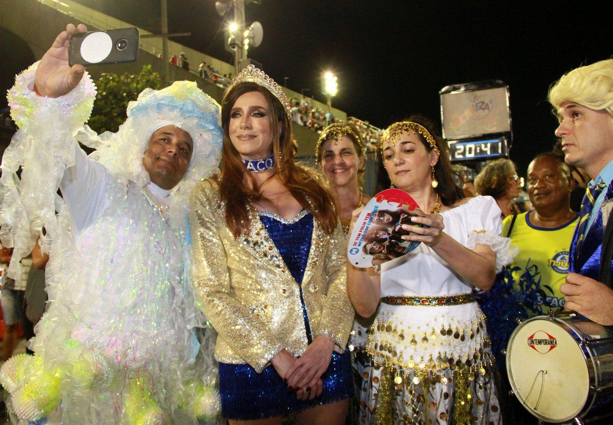 Marisa Orth também desfilou esta noite pelo Unidos da Tijuca fantasiada de Magda, uma das personagens mais icônicas de sua carreira 😉