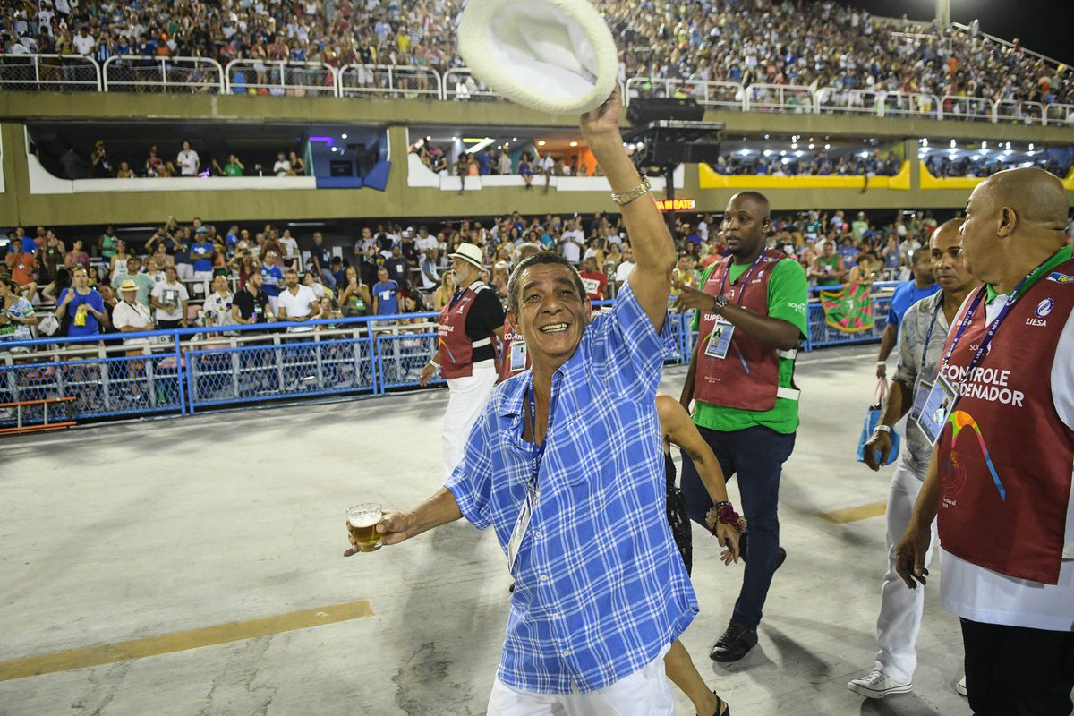 Zeca Pagodinho desfila com copo de cerveja na Sapucaí https://t.co/hlpugR57NU #G1