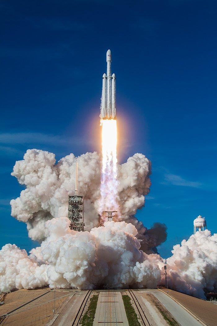 A few more angles of Falcon Heavy's demo launch last week. https://t.co/qRsJbJm952