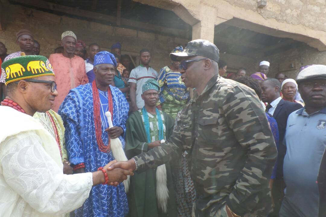 Governor Fayose, on Tuesday, paid condolence visit to the family of one Olayemi Tunde in Ipao Ekiti who was killed by suspected herdsmen on Sunday.
