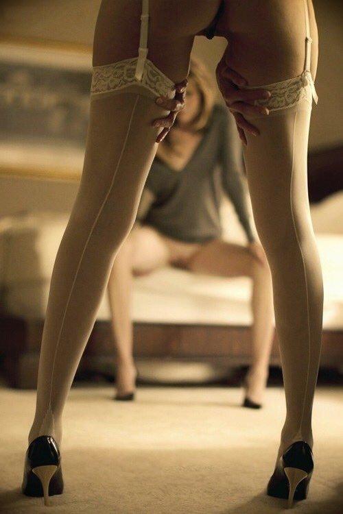 Секс для парень возбудился от вида женских ножек в чулках фото