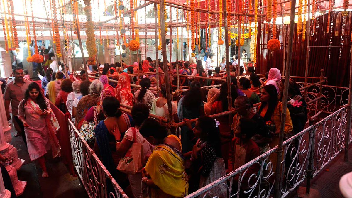 Maha Shivratri 2018: Devotees throng to seek blessings of lord of lords at Babulnath temple https://t.co/C8EyMWwmCY
