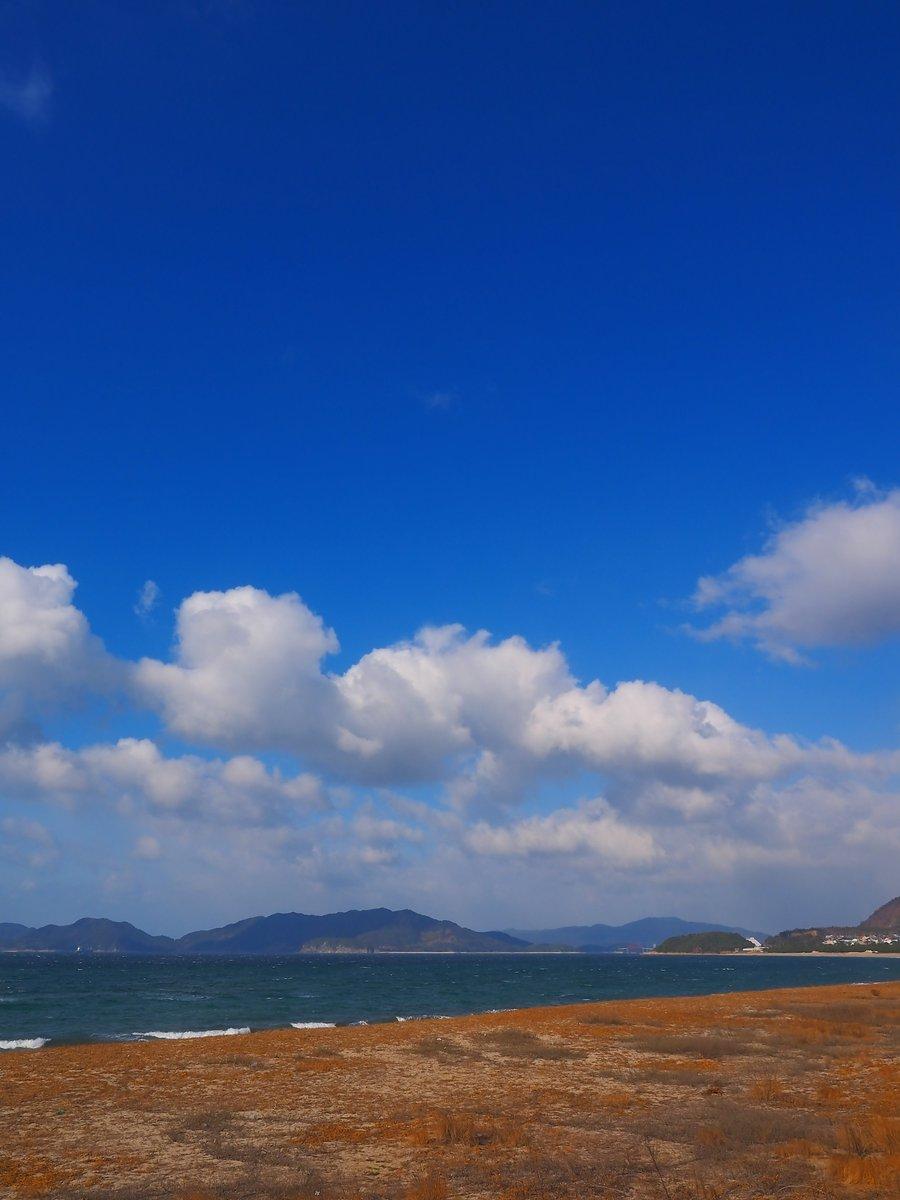 心地よし、2月の青空。光市・虹ヶ浜から、下松市笠戸島方面の青空。 https://t.co/pOUa3EMKLf