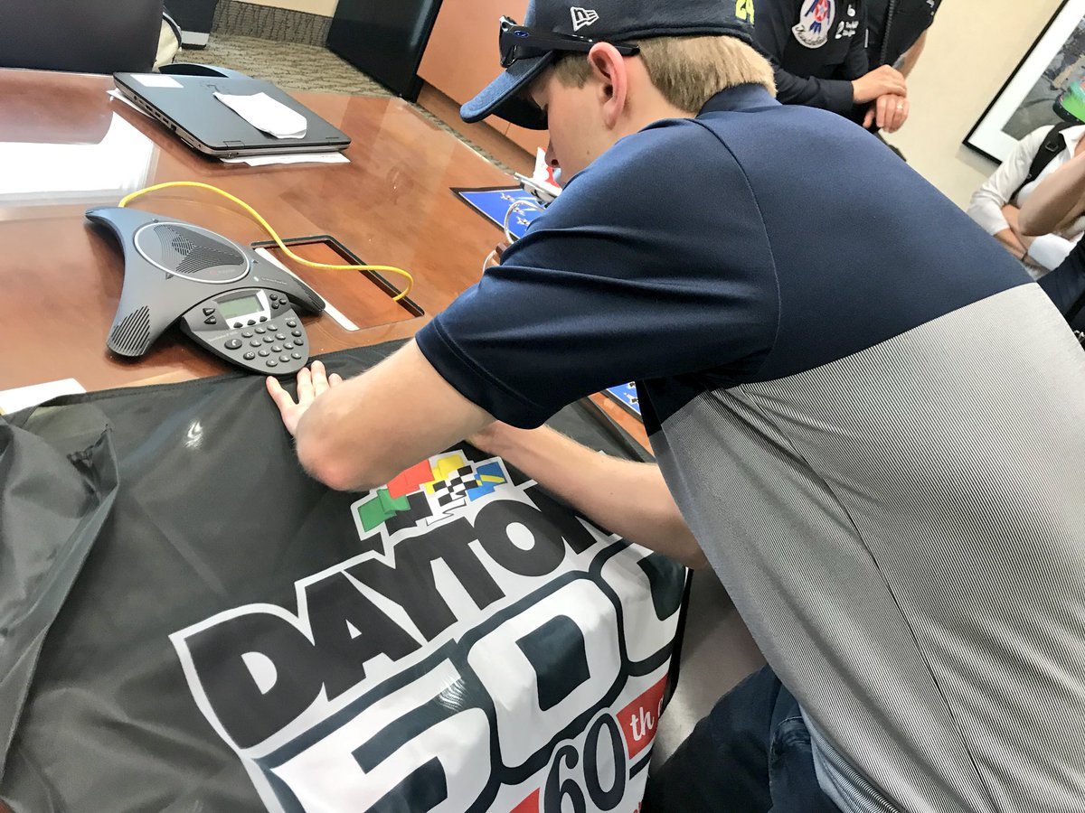 Want to win a 2018 #DAYTONA500 flag signed by @WilliamByron?!   RETWEET and we'll pick a random winner tomorrow at 11:00 am ET tomorrow! #ROADTODAYTONA500