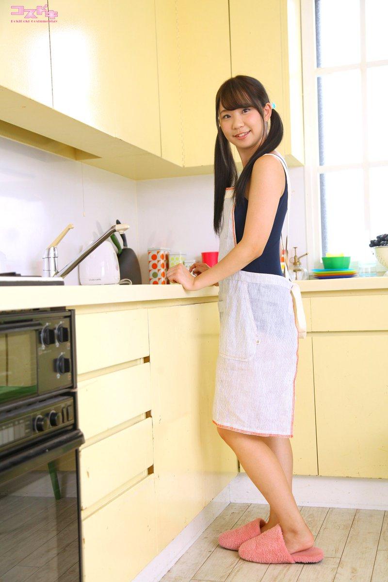 ミニスカート姿の葉山夏恋さん