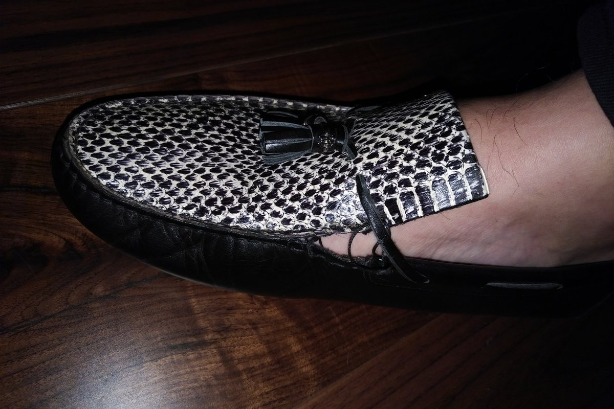 @Roberto_Cavalli not impressed, bought #newshoes at #Christmas and wore them for the first time today and within a few hours they #broke   So much for my #shoehorn on #funshoefriday #upset #ruined #sad<br>http://pic.twitter.com/vGZYrsmQ59