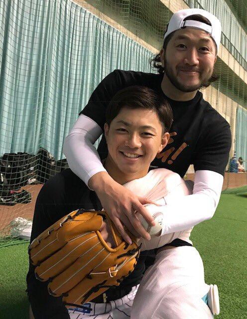 「20歳おめでとう!」と石川投手。成田投手を弟のように可愛がっています。(広報)  #2018年マリーンズ春季キャンプ #chibalotte