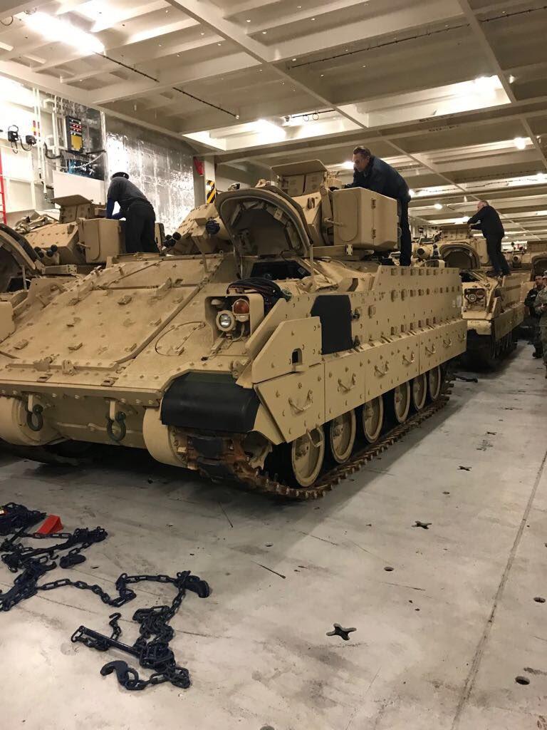 تسلّم الجيش اللبناني الدفعة الثانية من آليات القتال المدرعة نوع  برادلي DVIggyWWkAslOP7