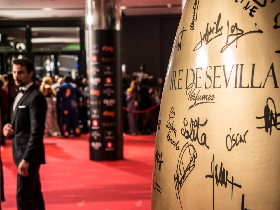 Los invitados van dejando su firma en los #PerfumesAiredeSevilla de @Inst_Espanol ¿Estáis siguiendo la #AlfombraRoja? #Goya2018 https://t.co/L5lUTbbv8m