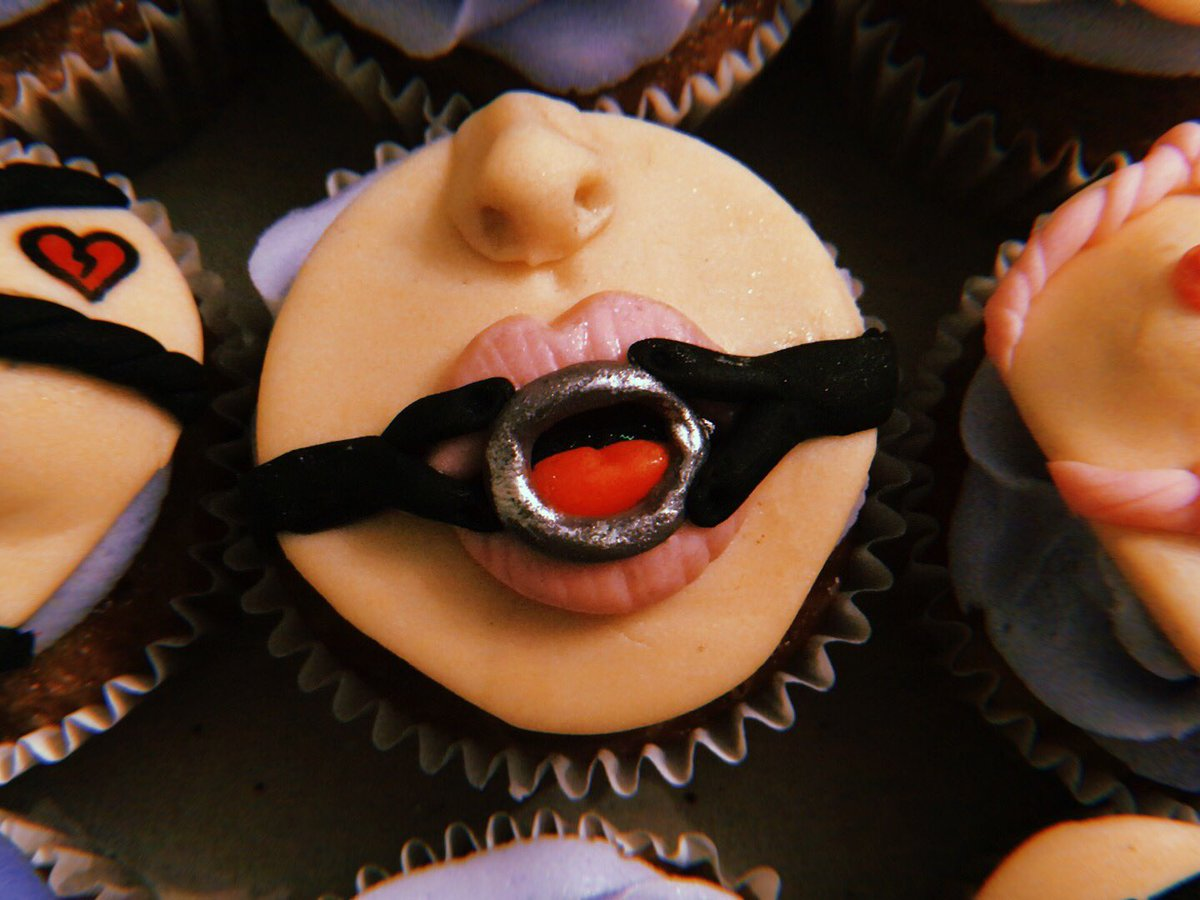 Are you ready for #valentinesday here are some #bdsm #cupcakes for your sweetheart 🖤🖤🖤 #littlesweetiesla