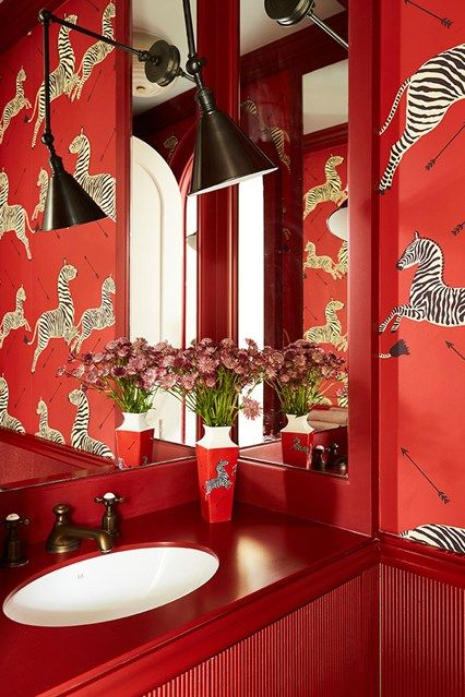 ... film The Royal Tenenbaums. It creates an intimate feeling in this small bathroom, which was boldly designed by Beata Heuman. https://buff.ly/2EceoBg ...