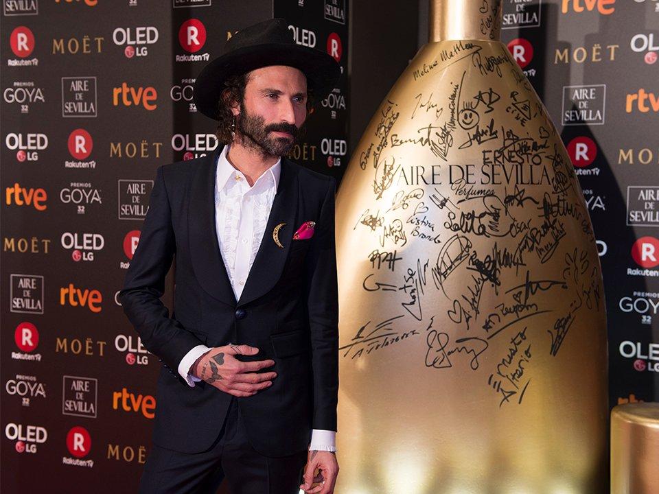 Afortunados #ganadores de un #PremioGoya posando en la alfombra roja junto con #PerfumesAiredeSevilla https://t.co/Ym3Q5GTn9i https://t.co/hOvRjuTmT0