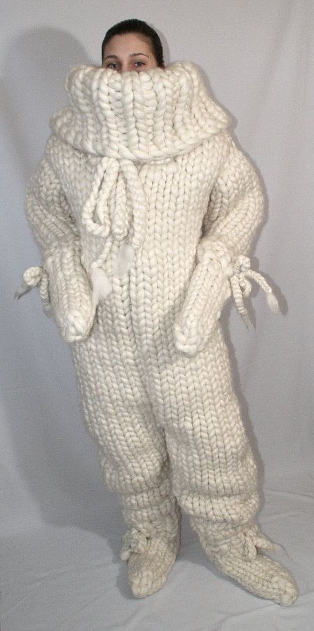 ニットを検索してたら破壊力のあるオールインワンが出て来た。暖房費節約には一役買ってくれそうな部屋着ではある。