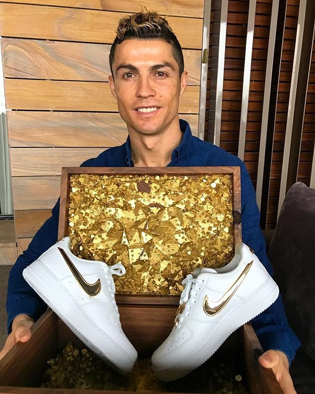 Thanks @Nike for this amazing birthday gift!🎁👟👌🏽🔝 #24kgold #AF1 #CR7
