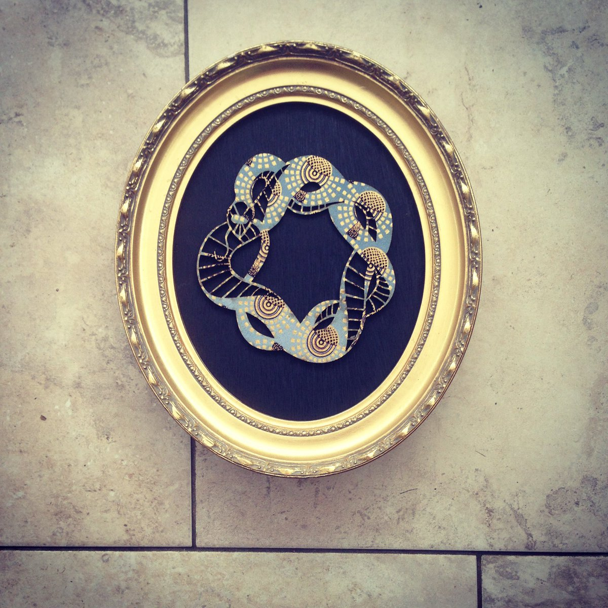 New for @makersmarketmcr Sunday at the #northernquarter OUROBOROS: a rebirth symbol of a snake eating itself cut from African wax fabric vintage frame http://www.davidrycroft.co.uk  #tattoo #ouroborostattoo #vintage #art #homedecor #handmadepic.twitter.com/tcX7dP3tvG