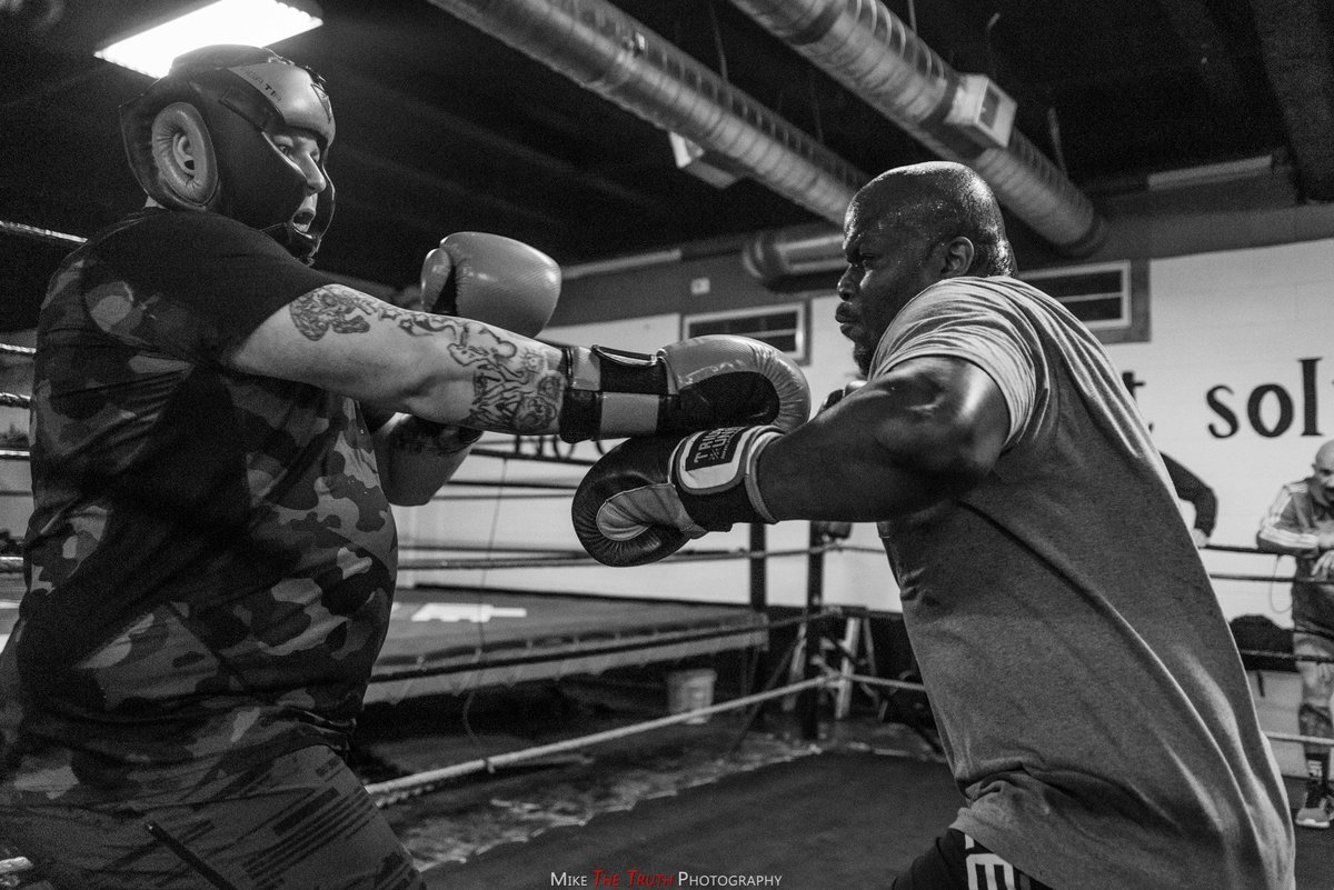 DVY90dUVAAAIQRO Derrick Lewis challenges the Internet to come spar with him and a MMA fan actually showed up