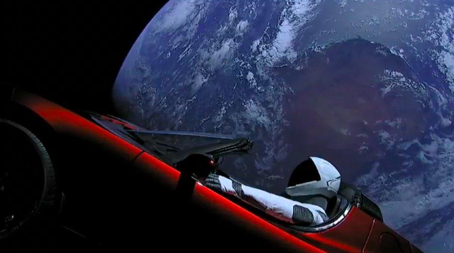 SpaceXの超巨大ロケット、ファルコン・ヘビー打ち上げ成功! 乗っかったテスラ・ロードスターが何これもうSF映画の世界 #ニュース #サイエンス #宇宙 https://t.co/H6GfQ4n1NT