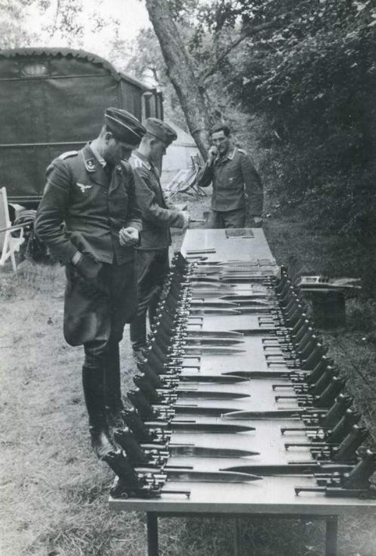 机上に並べられたLuger P08と眺めるドイツ空軍将校。 Walther P38採用後もLuftwaffeはLuger P08を制式拳銃とした。空軍元帥ゲーリングの個人的嗜好と製造元Krieghoff社との癒着、極端に少ない野戦下での使用機会、将校の歓心を買った流麗な造形美、と様々な要因がある。 pic.twitter.com/rq0se4h45W