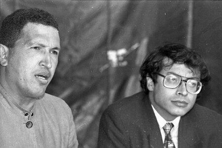2 razones por las que Gustavo Petro no sería como Chávez – Cuentos de  Guillermo