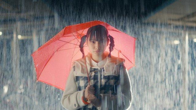 兎遊大雨と傘を持つ姿