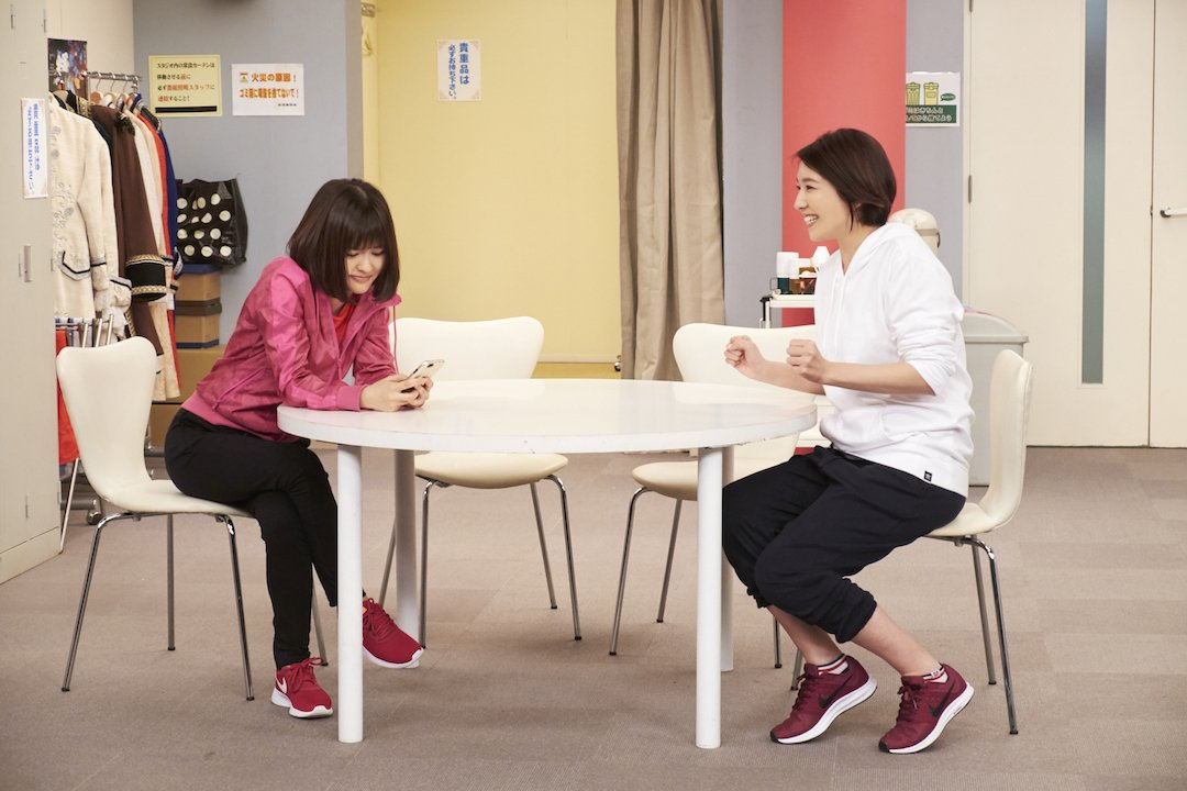 いつもの楽屋では、瀬奈じゅん さんと 昆夏美 さんがガールズトーク!?さてどんなお話をしているのでし