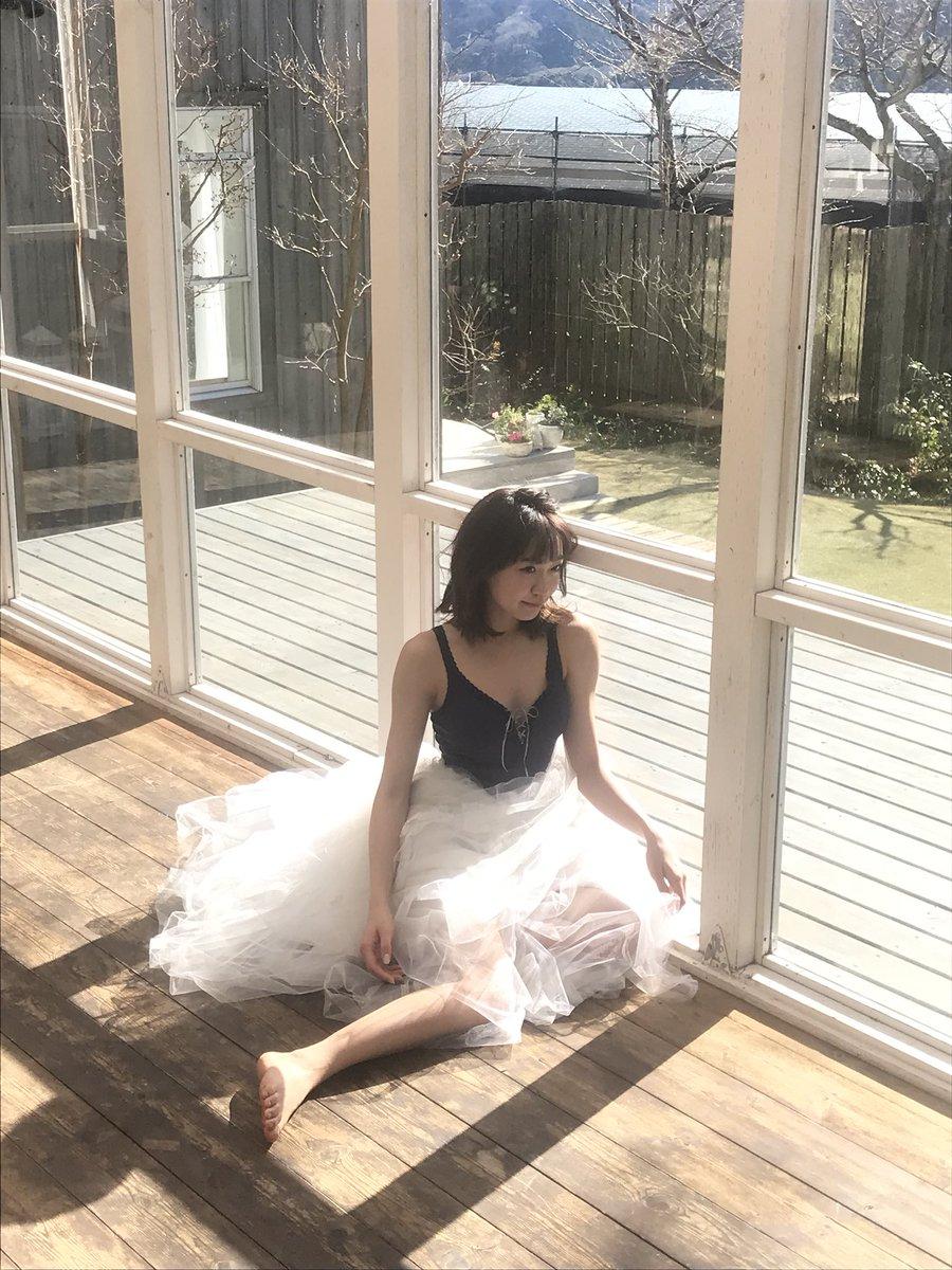 窓辺に座る斉藤朱夏