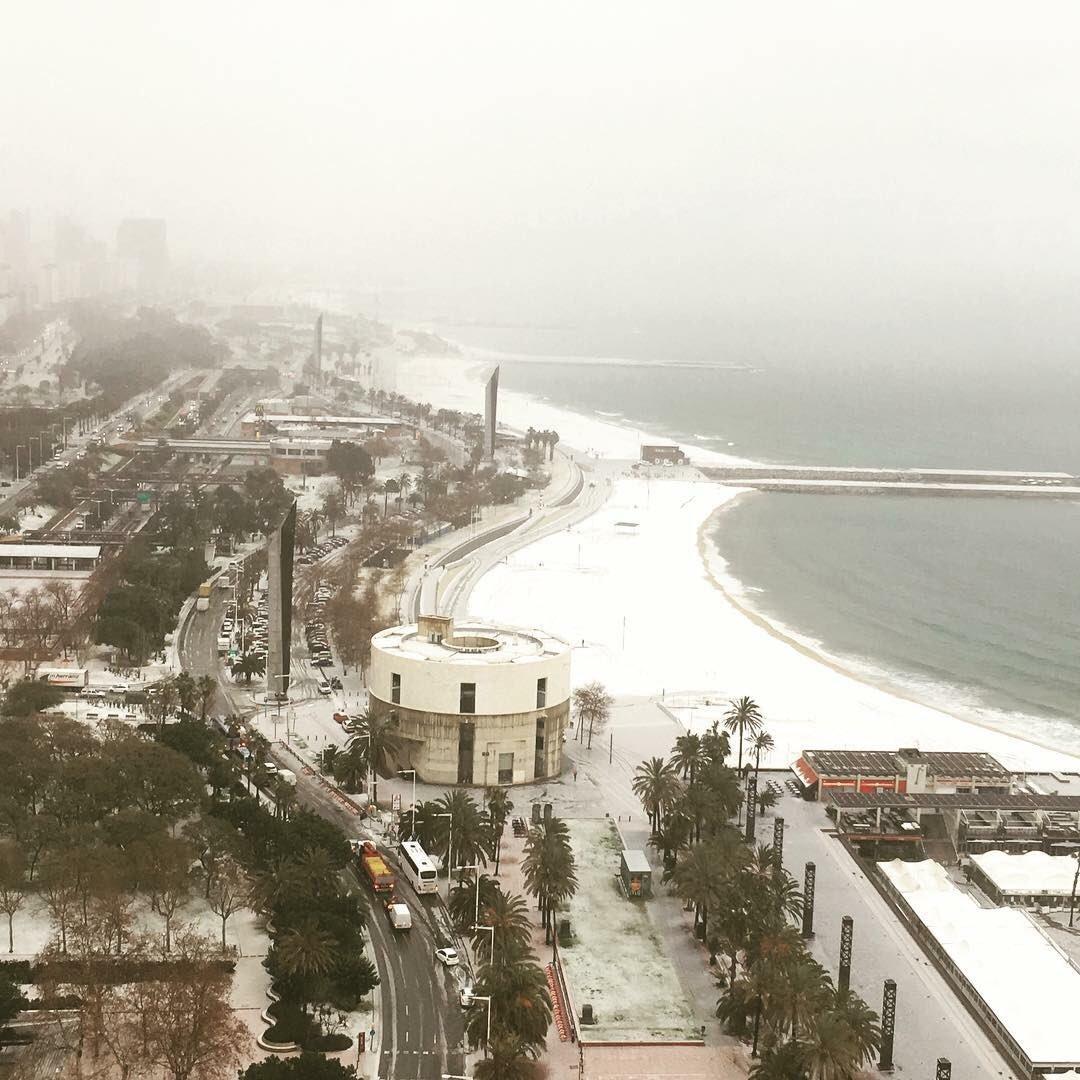 plage de barcelone sous la neige
