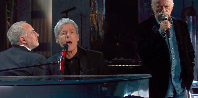 Gino Paoli: sul palco c'è la memoria vivente della musica italiana. Formattiamola e andiamo a dormire #sanremo2018 https://t.co/nWGt86D0b0 https://t.co/2HyR7mZOar