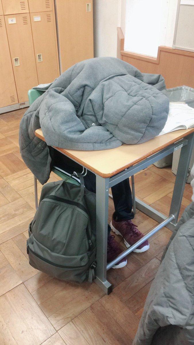 二限から行くつもりでしたが大江戸線遅延で間に合わなかったのでみんなの衣服やカバンで作ってくれた影武者です。