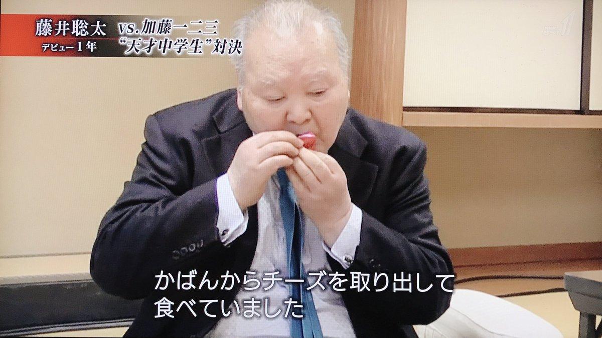 これがプロデビュー戦となった藤井聡太四段(当時)と加藤一二三九段の対局中、加藤が自ら持参したチーズを突如食べ始めたことを振り返った藤井のコメントを見ると、既にこの時点で只者ではなかったことが分かる。