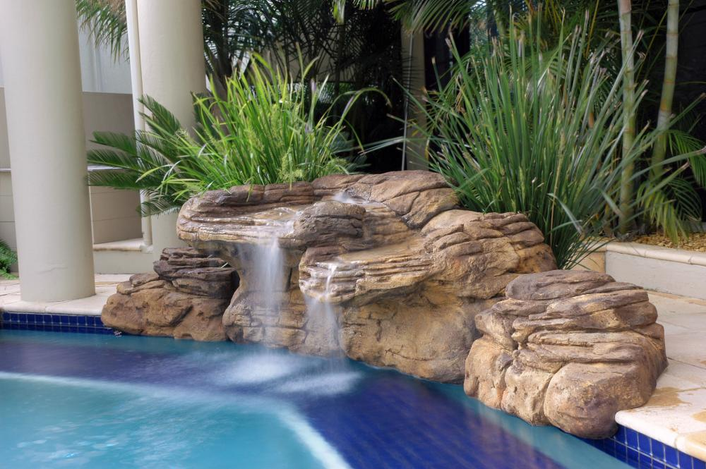 Piscina con cascada de piedra amazing rocas decoracion for Piedra artificial para piscinas
