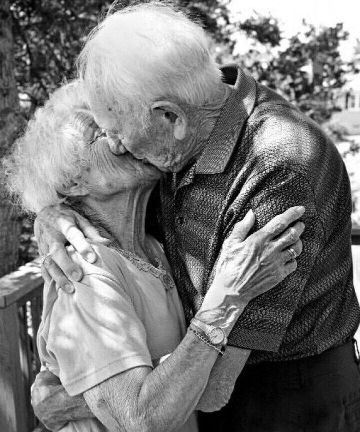 Risultato immagini per anziani che si amano si baciano in piedi