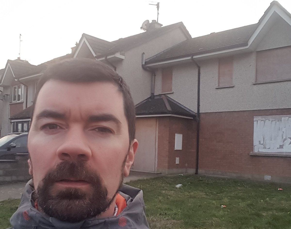 Hard to stomach walking pass this perfect boarded up house in my estate for last 12 mnths while hearing homeless figures climb and rents rising. CSO says 5,000 vacant households in Fingal! @greenparty_ie  #LivingCities Bill will bring properties like these back to life. Pls Retwt <br>http://pic.twitter.com/OfUmDz4OSh