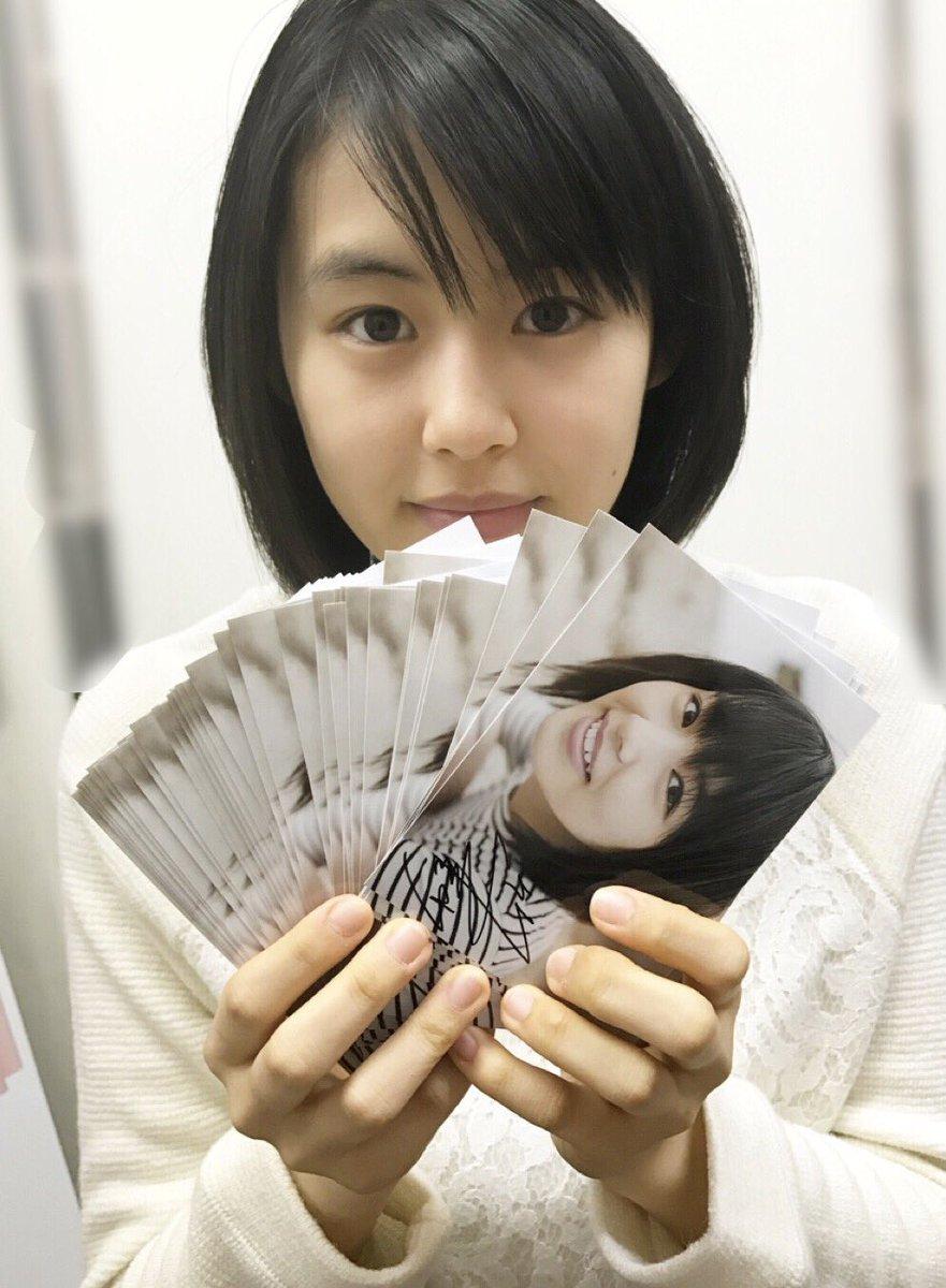 写真を持つ竹内愛紗